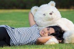 使用与玩具熊的孩子 免版税库存图片