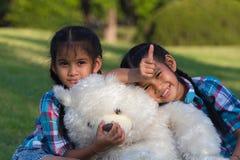 使用与玩具熊的孪生孩子 图库摄影