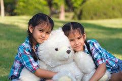 使用与玩具熊的孪生孩子 免版税图库摄影