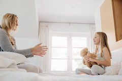 使用与玩具熊的小女孩和妇女 免版税图库摄影
