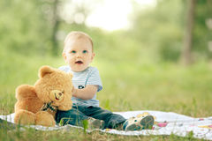 使用与玩具熊的小男孩 免版税库存图片