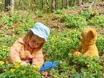使用与玩具熊的逗人喜爱的女孩 库存照片