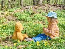 使用与玩具熊的逗人喜爱的女孩 库存图片