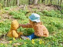 使用与玩具熊的逗人喜爱的女孩 图库摄影