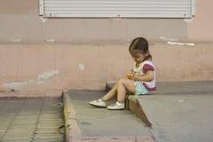 使用与玩具片剂的小女孩 免版税库存图片