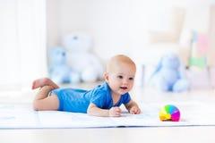 使用与玩具球的男婴 免版税库存图片