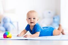 使用与玩具球的男婴 图库摄影