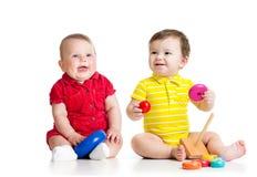 使用与玩具的两个可爱的孩子 小孩 免版税库存照片