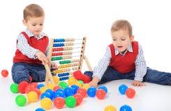 使用与玩具的二个逗人喜爱的小男孩 库存照片
