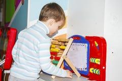 使用与玩具的儿童男孩在娱乐中心 免版税图库摄影