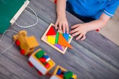 使用与玩具的儿童男孩在桌上 库存图片