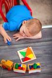 使用与玩具的儿童男孩在桌上 免版税库存照片
