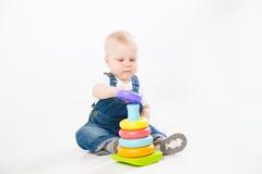 使用与玩具的可爱的小孩 免版税图库摄影