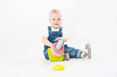 使用与玩具的可爱的小孩 免版税库存图片