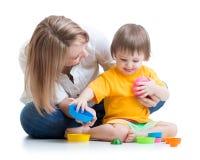 使用与玩具的孩子和母亲 免版税库存照片