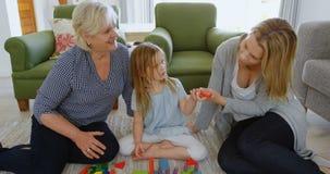 使用与玩具的家庭在客厅4k 影视素材