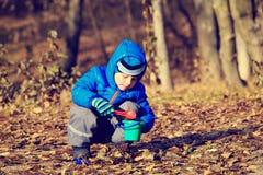 使用与玩具的小男孩在秋天公园 免版税库存图片