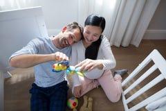 使用与玩具的愉快的夫妇 库存照片