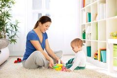 使用与玩具的愉快的微笑的家庭 图库摄影