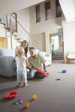 使用与玩具的父母和儿子 免版税库存照片