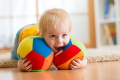 使用与玩具的男婴室内 免版税库存照片
