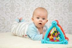 使用与玩具的蓝眼睛婴孩 免版税库存图片