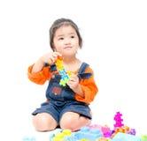 使用与玩具的被隔绝的亚裔孩子女孩 免版税库存照片