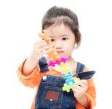 使用与玩具的被隔绝的亚裔孩子女孩 库存图片