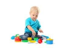 使用与玩具的逗人喜爱的孩子女孩 免版税库存图片