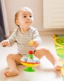使用与玩具的滑稽的男孩孩子 免版税库存图片