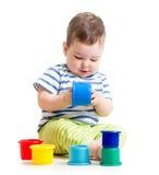 使用与玩具的滑稽的婴孩被隔绝在白色 免版税库存图片