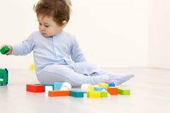 使用与玩具立方体的可爱的一个岁孩子 免版税图库摄影