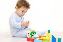 使用与玩具立方体的可爱的一个岁孩子 库存照片