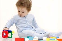使用与玩具立方体的可爱的一个岁孩子 免版税库存图片