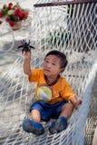 使用与玩具臭虫的亚裔男孩 免版税库存照片