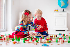 使用与玩具铁路和火车的孩子 图库摄影