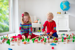 使用与玩具铁路和火车的孩子 免版税库存照片