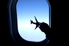 使用与玩具飞机的孩子 库存照片