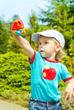 使用与玩具飞机的小男孩户外 免版税库存照片