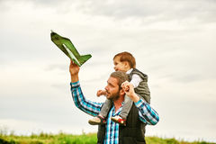 使用与玩具飞机的父亲和儿子 免版税库存图片