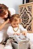 使用与珠宝的母亲和小女儿 库存照片