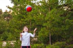 使用与球的女孩 免版税库存照片
