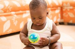 使用与球的愉快的婴孩在房子里 图库摄影
