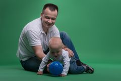 使用与球的父亲和小孩儿子 图库摄影