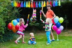 使用与生日彩饰陶罐的孩子 库存图片