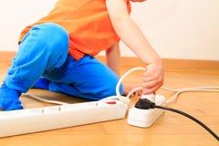 使用与电的孩子 免版税库存照片