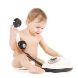 使用与电话的好奇孩子 库存照片