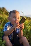 使用与电话的孩子 库存图片