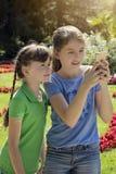 使用与电话的小女孩 库存照片