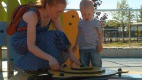 使用与男婴的妈妈在公园 股票录像
